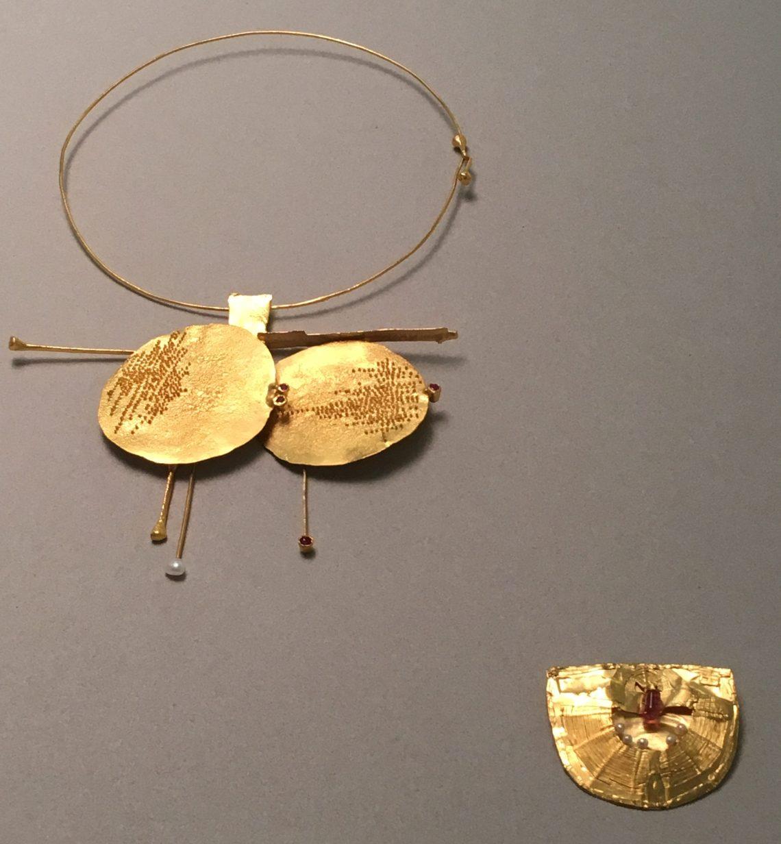 Robert Smit, halssieraad, 1968, collectie CODA (bruikleen RCE), broche, 1967, collectie Design Museum Den Bosch (bruikleen RCE). Foto met dank aan Liesbeth den Besten©