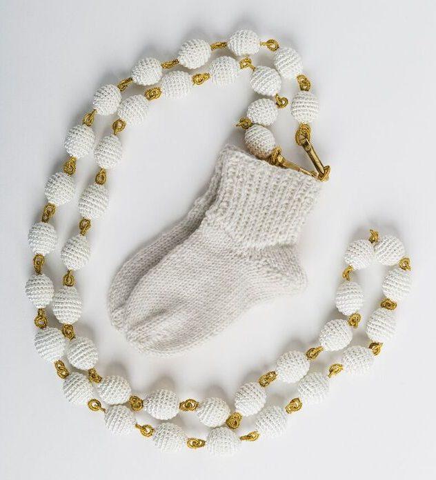 Felieke van der Leest, Witte Ketting met de Witte Sokjes, halssieraad, 1998. Foto met dank aan het TextielMuseum, Josefina Eikenaar©