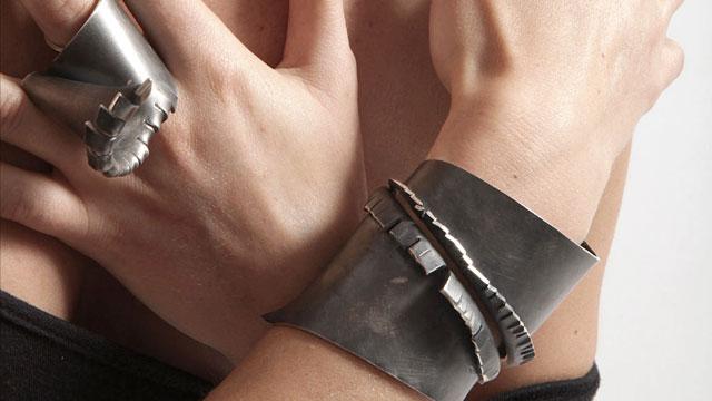 Alina Alamorean, ring en armband. Foto met dank aan Alina Alamorean©