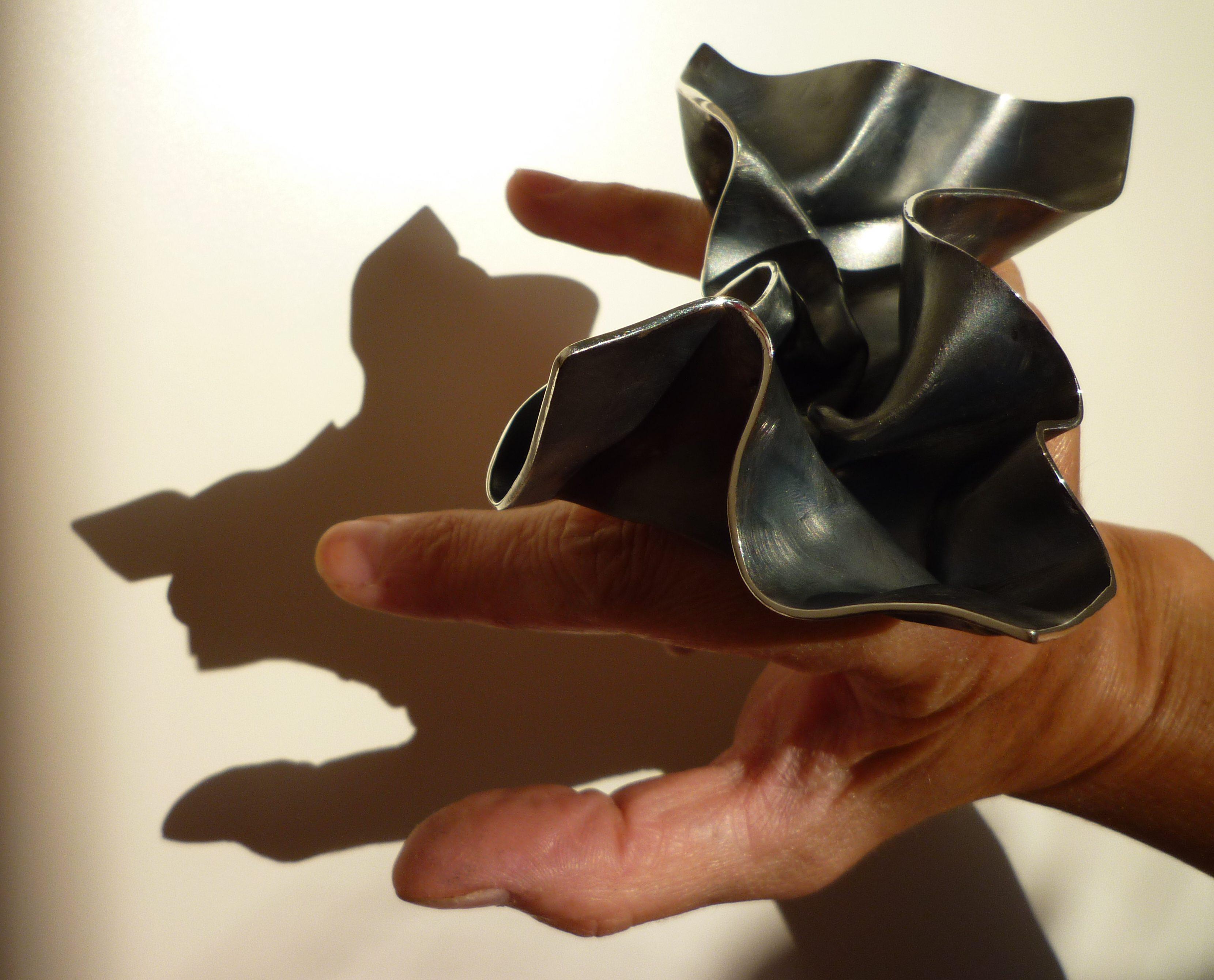 Alina Alamorean, Feuille, ring, 2012. Foto met dank aan Alina Alamorean©