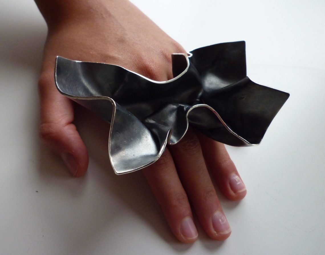 Alina Alamorean, Big Fold Leaf, ring. Foto met dank aan Alina Alamorean©