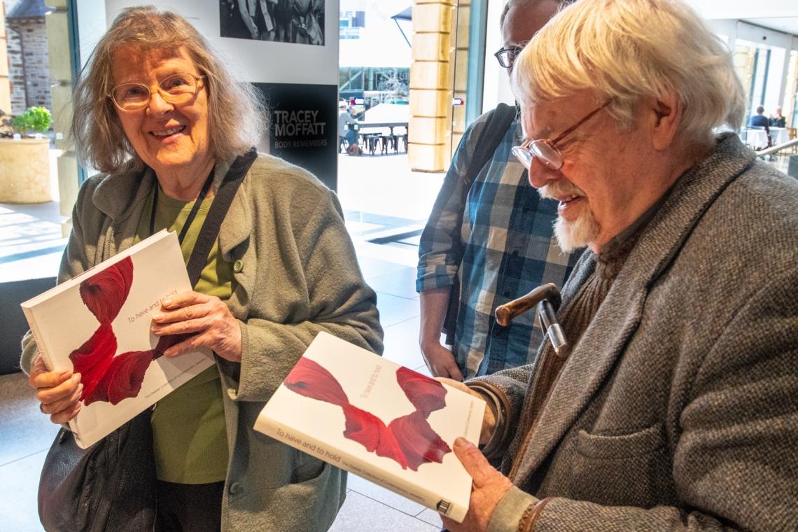 Truus & Joost Daalder met het boek over hun collectie, 2018. Foto met dank aan Lenie Kneppers©