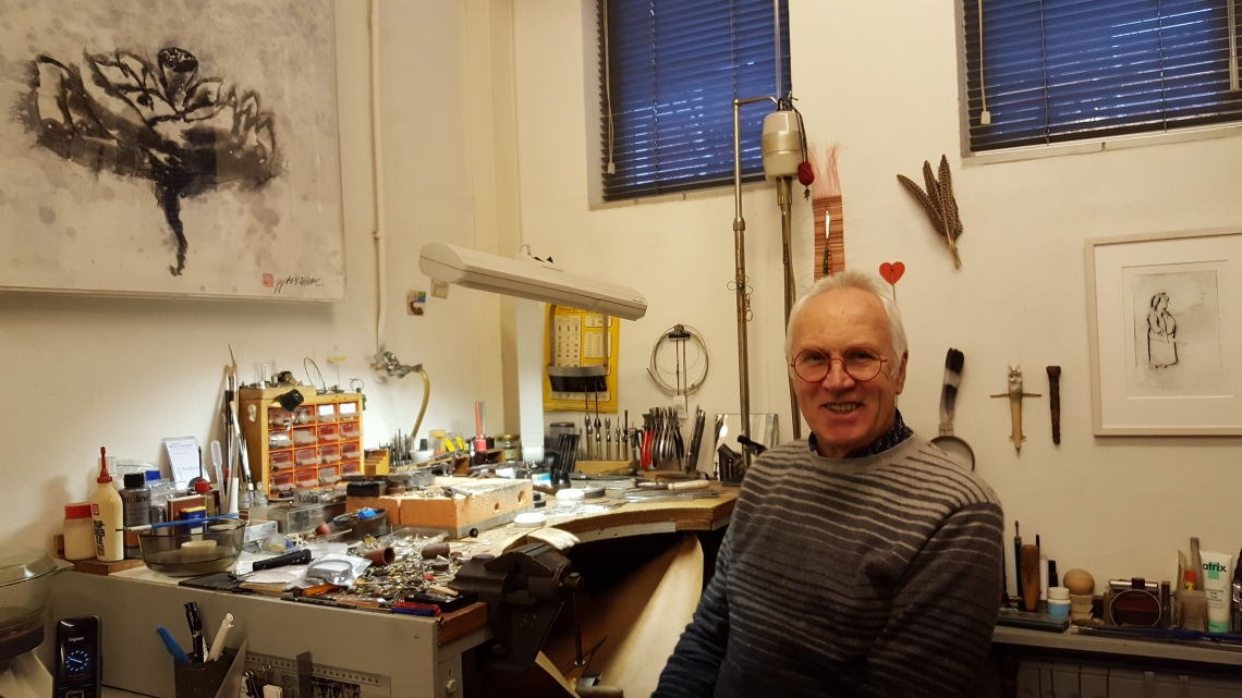 Karel Betman in zijn atelier in de galerie. Foto met dank aan Galerie Beeld & Aambeeld©