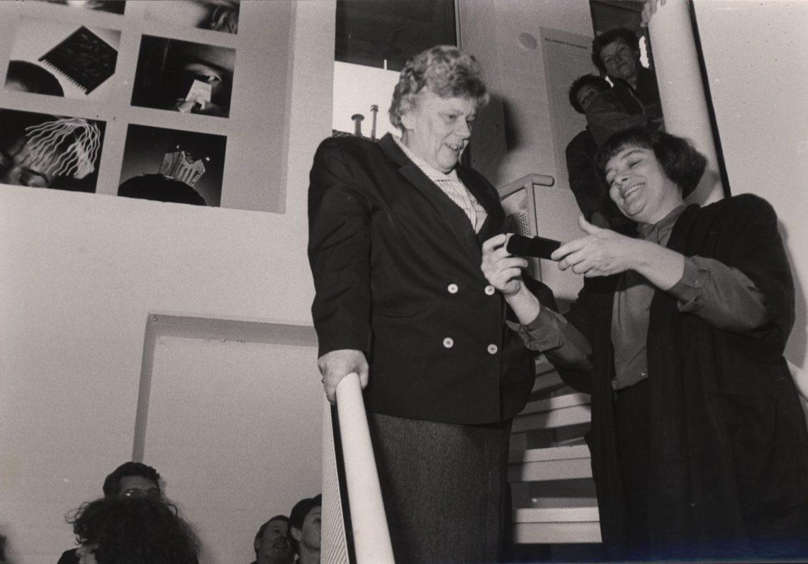 Minister Ien Dales opent Kammen in Galerie Marzee, 1989. Foto met dank aan Galerie Marzee©