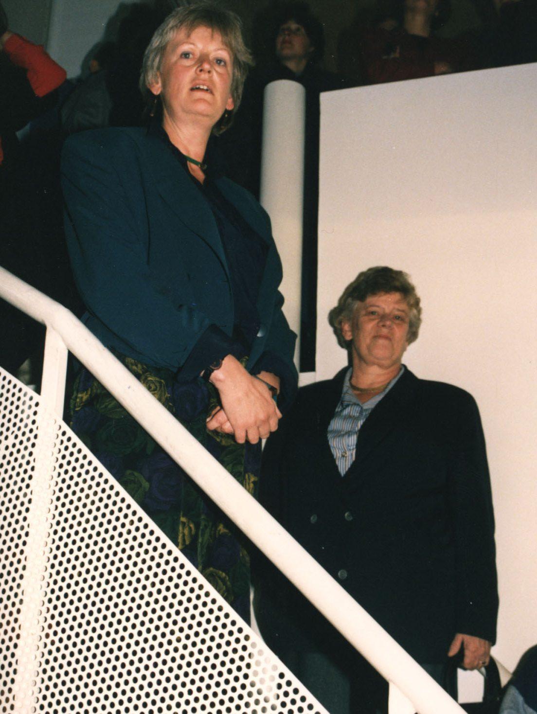 Annie Brouwer-Korf Ien Ien Dales op de opening van Kammen in Galerie Marzee, 1989. Foto met dank aan Galerie Marzee©