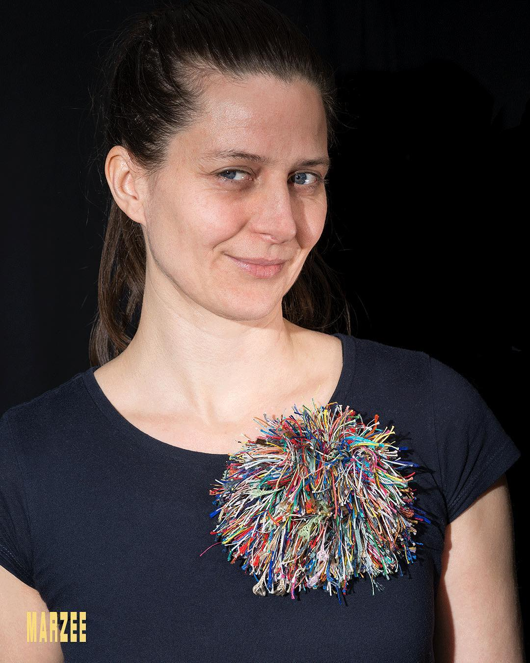 Barbara Schrobenhauser draagt een broche van Barabara Schrobenhauser, You and Me uit 2017. Foto met dank aan Galerie Marzee©
