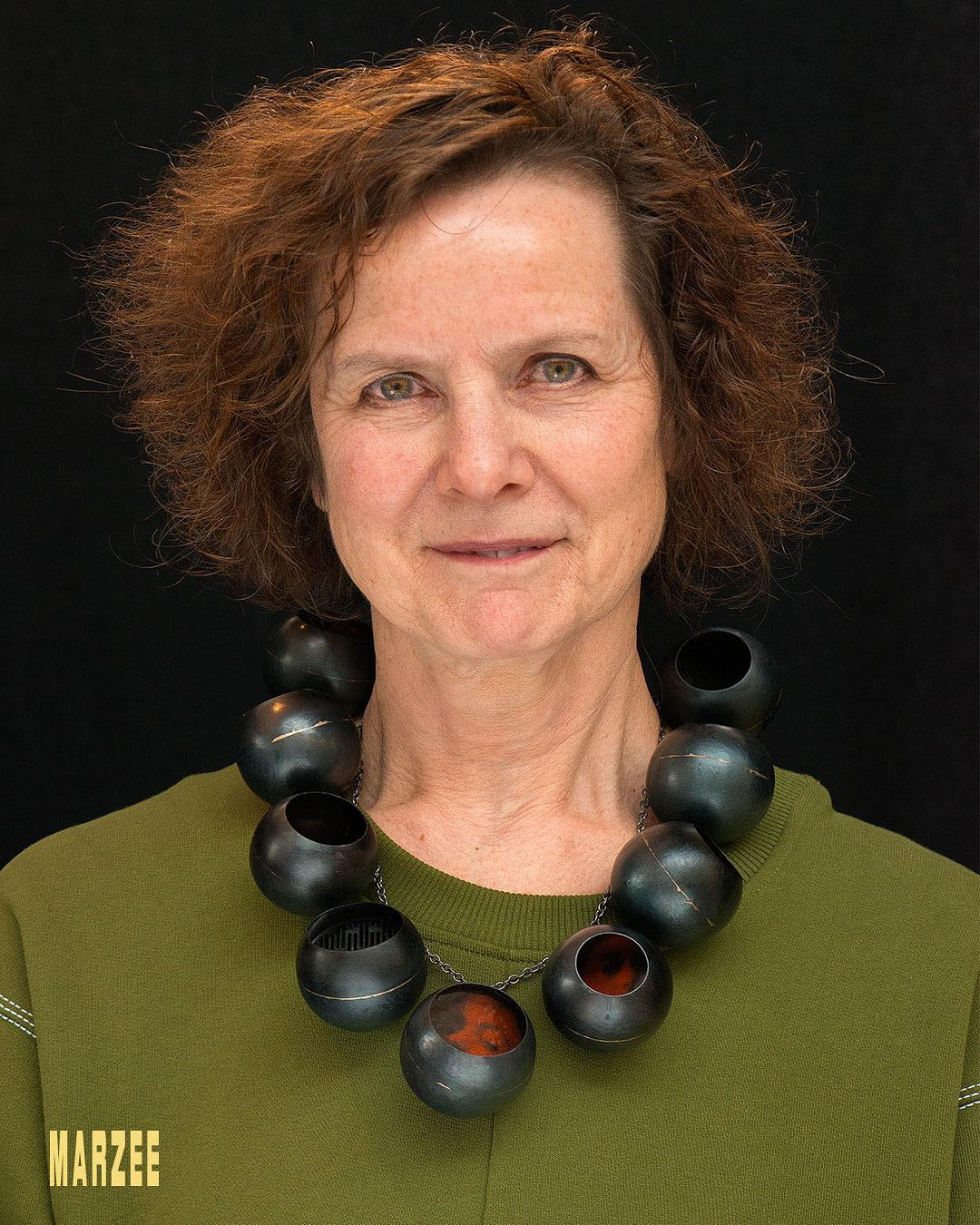 Maria Hees draagt een halssieraad van Vera Siemund uit 2018. Foto met dank aan Galerie Marzee©