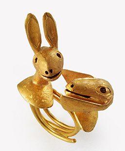 Manfred Bischoff, Die zwei Fragen des Pierre Bonnard, ring, 1993. Collectie Design Museum Den Bosch. Foto met dank aan manfred bischoff estate, Rike Bartels©