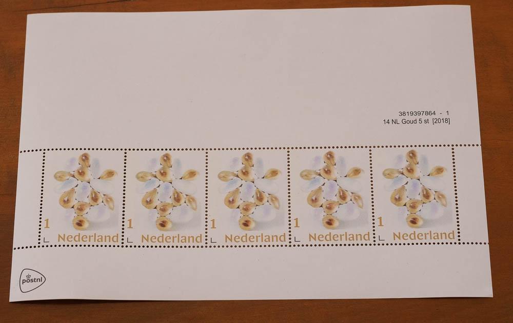 Vel postzegels (1) met broche Lentesneeuw van Beppe Kessler, 2019. Foto met dank aan M.O.©