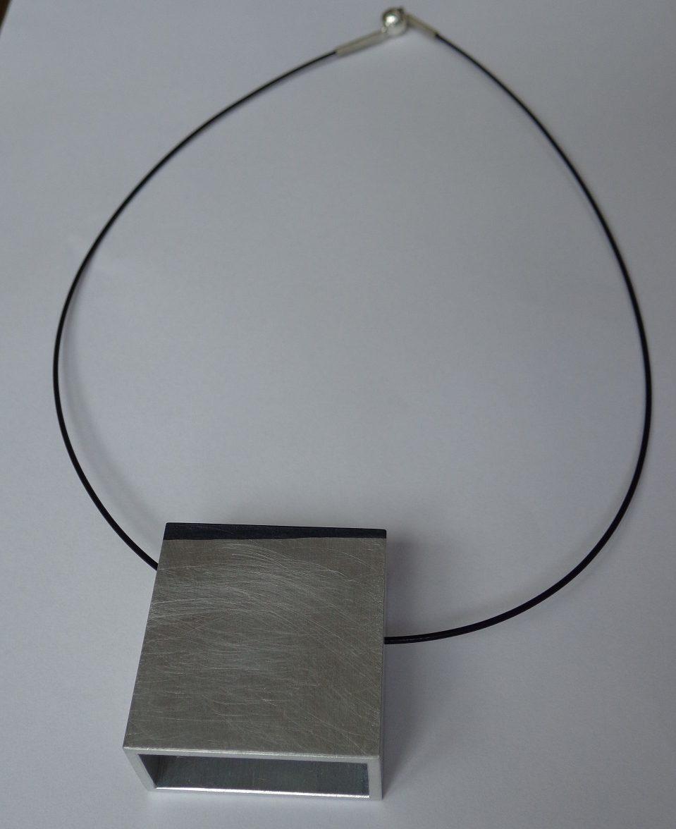 Minato Nakamura, halssieraad. Collectie Betman & Haveman. Foto met dank aan Galerie Beeld & Aambeeld©
