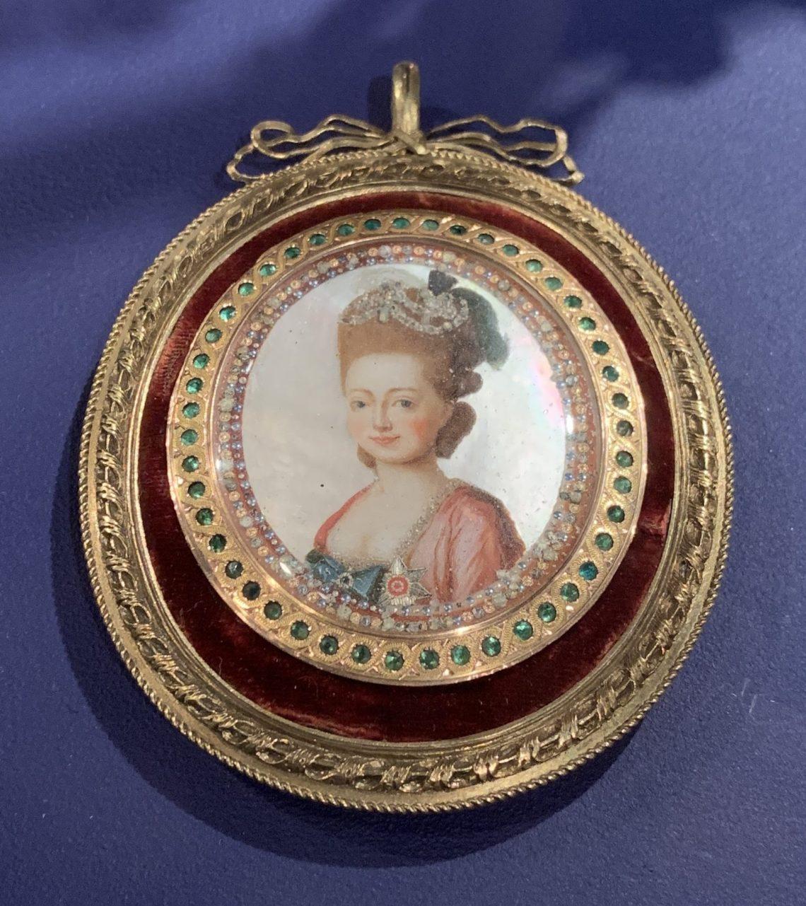 Juwelen! Hermitage Amsterdam, 2019. Medaillon met portret van Maria Fjodorovna, circa 1782. Foto met dank aan SAF, Astrid Berens©