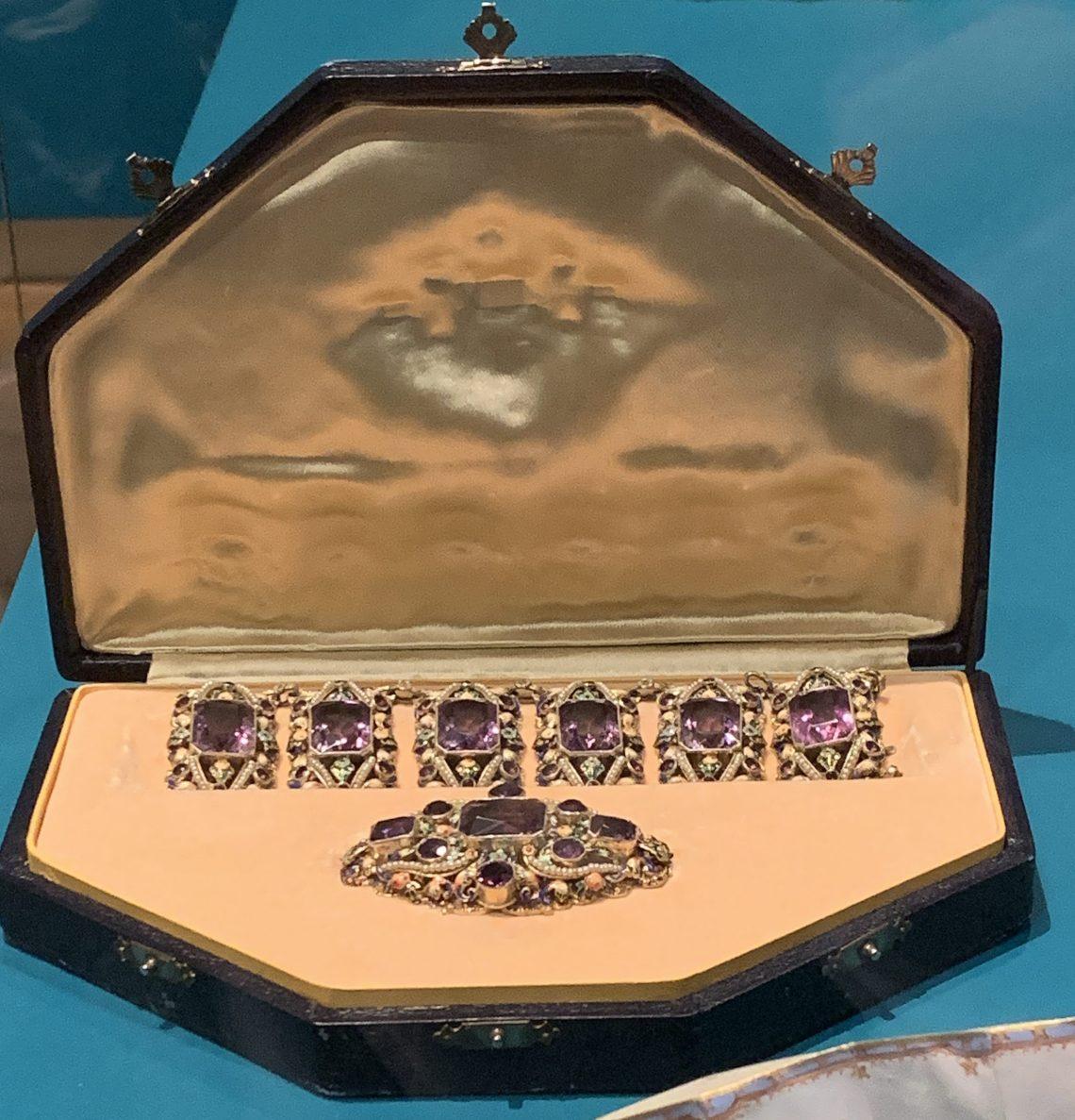 Juwelen! Hermitage Amsterdam, 2019. Armband en broche, circa 1875. Foto met dank aan SAF, Astrid Berens©