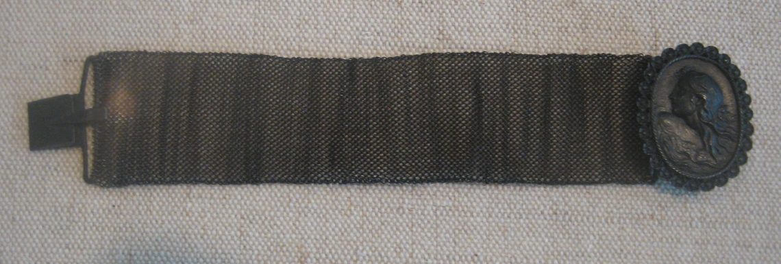KPEG, armband van fer de Berlin, circa 1820. Collectie Schell. Foto Esther Doornbusch, mei 2019, CC BY 4.0