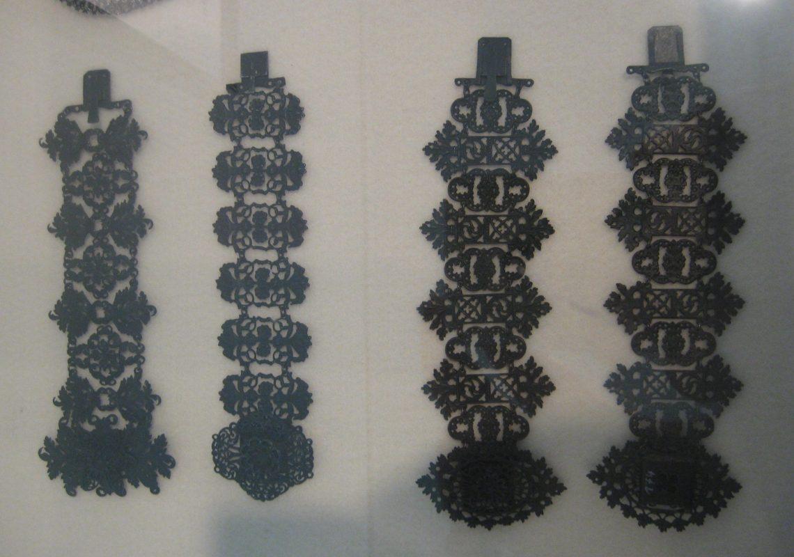 Gießerei Lehmann, armbanden van fer de Berlin. circa 1830. Foto Esther Doornbusch, mei 2019, CC BY 4.0