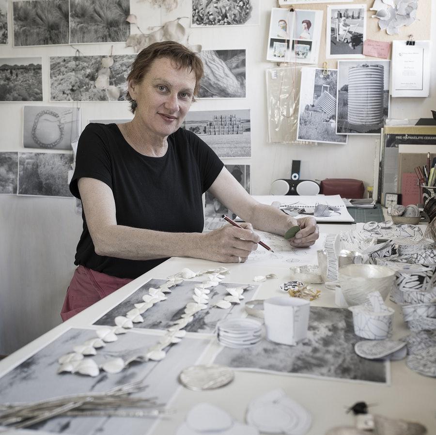 Julie Blyfield in haar atelier, 2015. Foto met dank aan The Scottish Gallery, Grant Hancock©