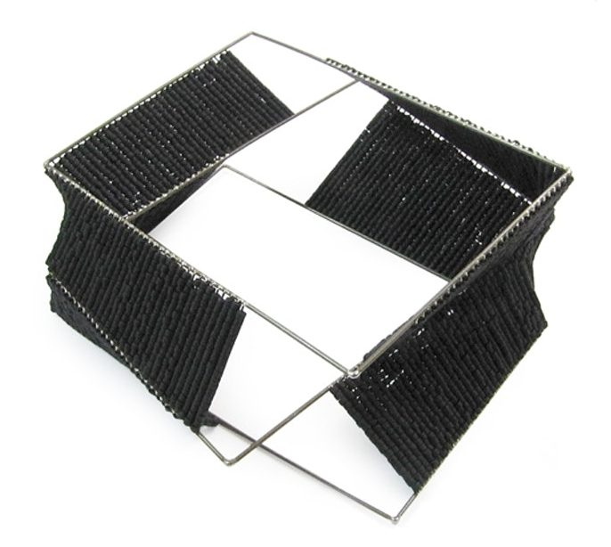 David Poston, Beads and Rectangles Bangle, armband, 2011. Foto met dank aan The Scottish Gallery©