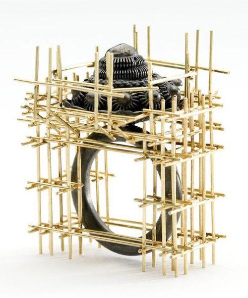 Robean Visschers, Ring Under Construction, ring, 2006. Foto met dank aan Galerie Door, Robean Visschers©