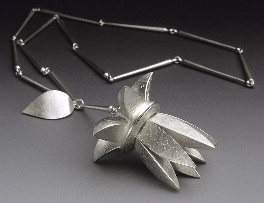 Linda Threadgill, Flower Pendant, halssieraad, 2000. Foto met dank aan Linda Threadgill©