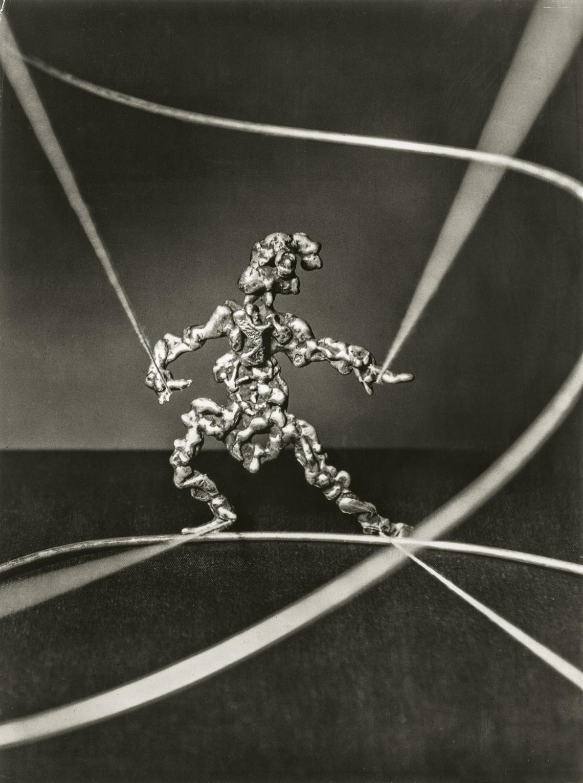 Sam Kramer, Antic Figure, hanger, circa 1946. Fotografie door Marvin Koner, courtesy Marc McDonald©