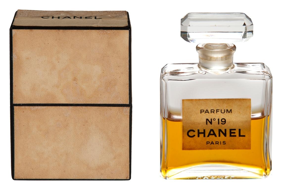 Annelies Planteijdt, Mooie Stad - Album-Collier en Chanel no. 19, object, 2017